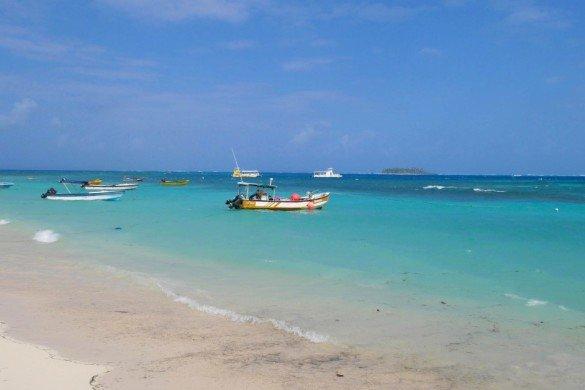 Praia da capital de San Andres com mar azul e barcos