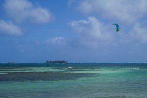 A ilha de Johnny Cay está ali na frente mas com vento não dá para chegar