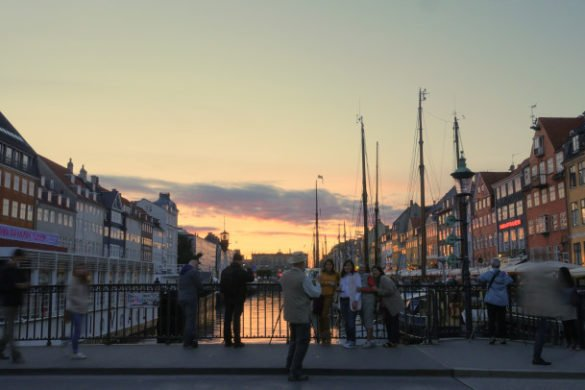 Vista do harbour de Copenhague no por do sol com os barcos