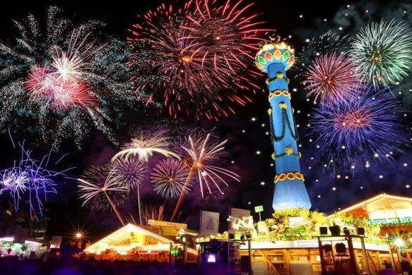 Abertura da oktoberfest de Stuttgart, na Alemanha, com brinquedos e fogos de artificio
