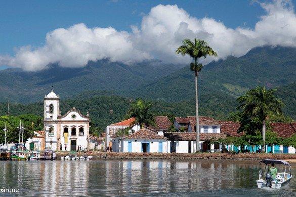 Paraty, com barcos e igreja, no Rio de Janeiro, Brasil
