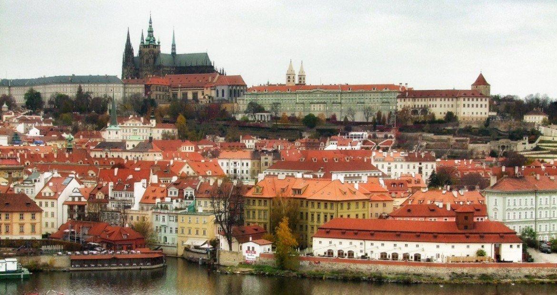 Rio, a pote e o castelo de praga na republica tcheca
