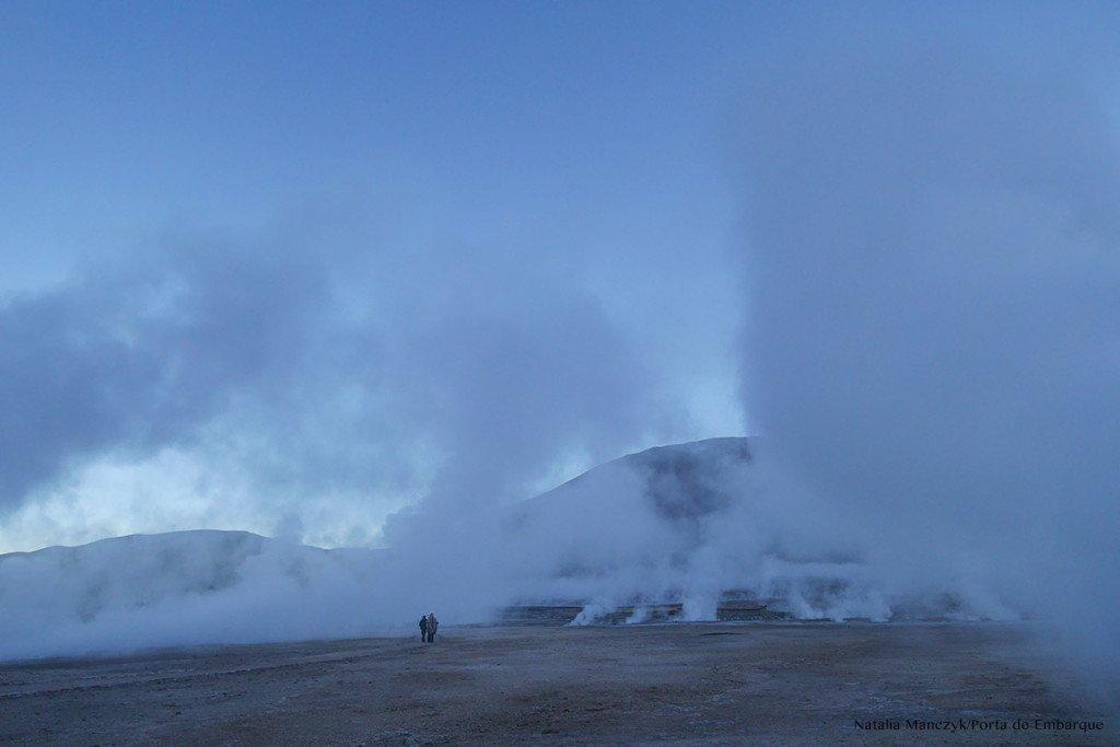 geiseres de tatio no amanhecer com muita fumaça no Atacama. Chile