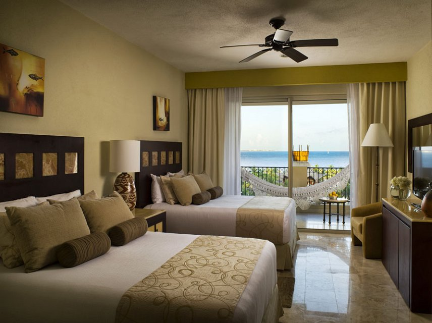 guest-room-bedroom-balcon-view-suites-villa-del-palmar-2-w1144h640