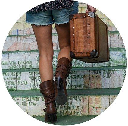 Natalia Manczyk na escada do Beco do Batman com malas vintage