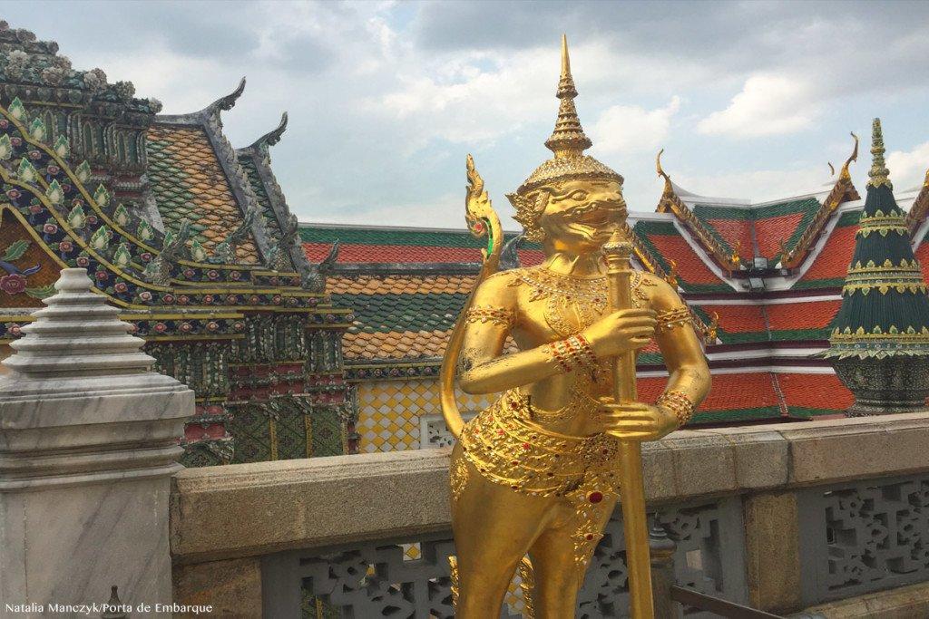 Escultura dourada no Grand Palace, em Bangkok, Tailandia
