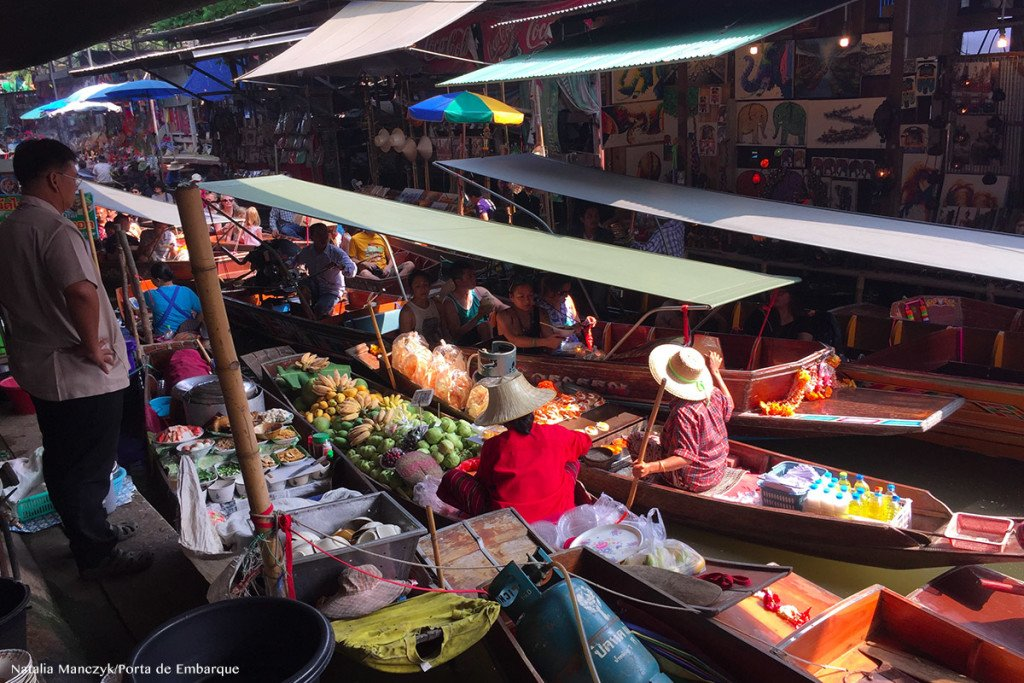 vendedores de comida em barcos no Mercado flutuante, perto de bangkok