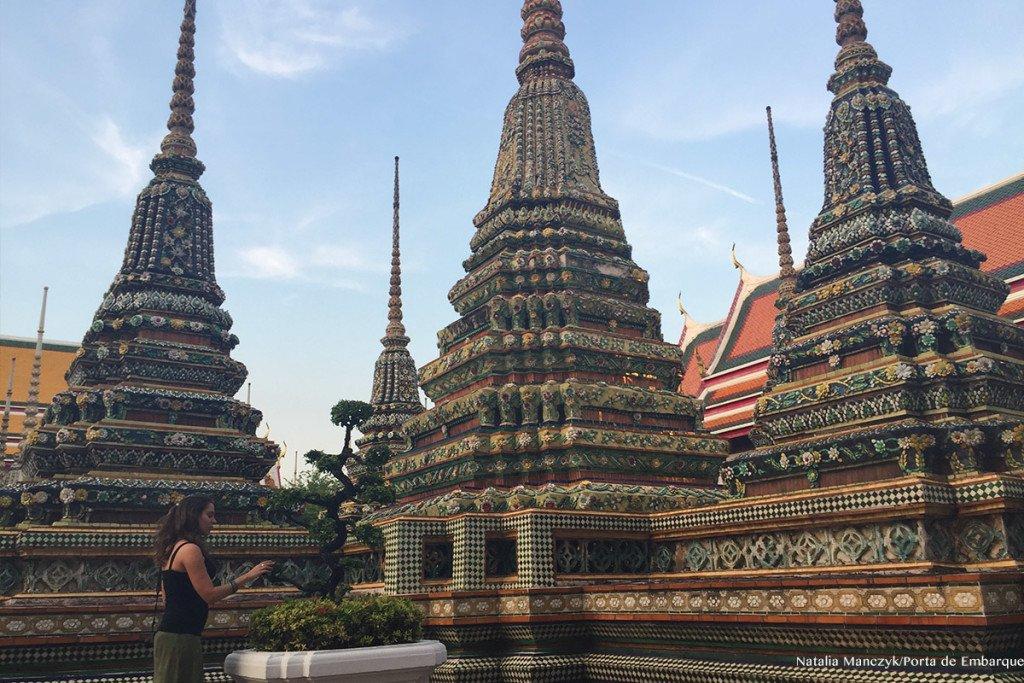 Wat Pho, templo do Buda Deitado, em Bangkok, moça ao ar livre