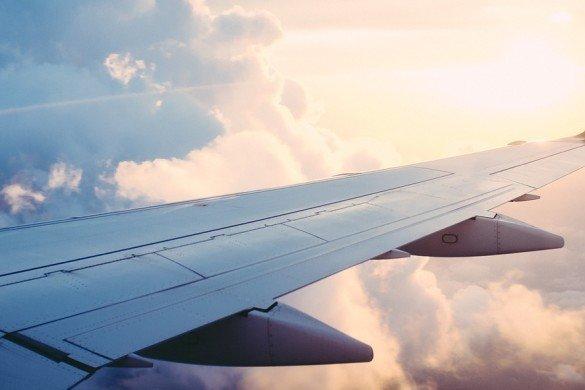 asa de aviao com nuvens