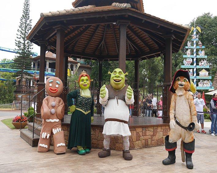 Os personagens do Shreck ficam pelo parque pra encontrar as crianças