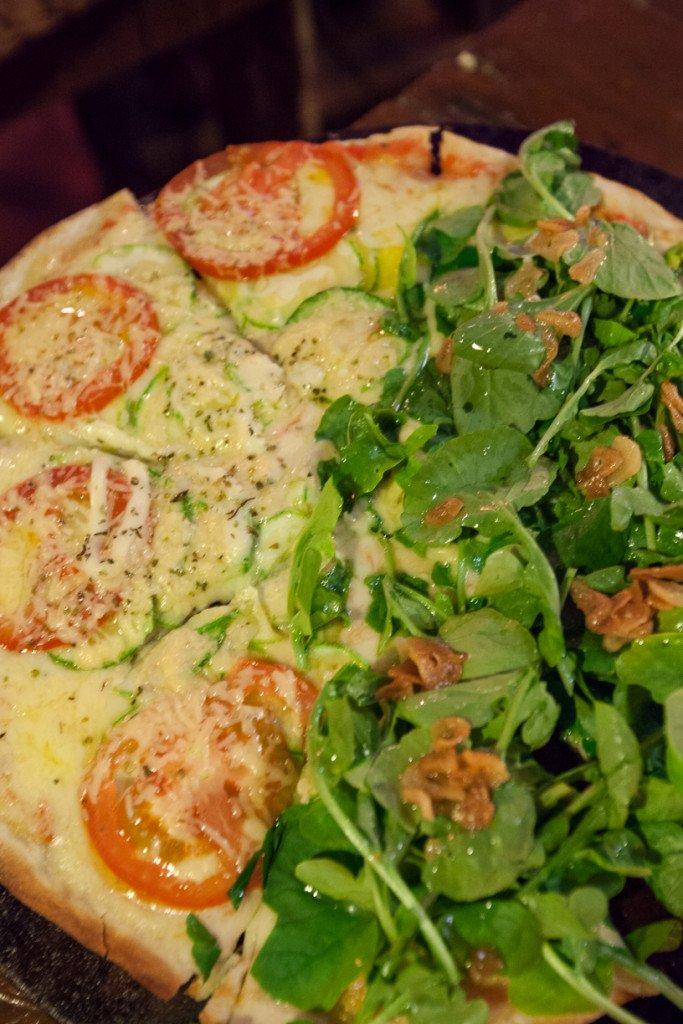 Pizza de abobrinha e agrião: outra boa do restaurante da pousada Vizinho das Estrelas
