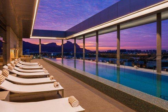 Hilton Barra Rio de Janeiro Pool 1043425 Divulgação e1478308265145 585x390 - Fique no Hilton do Rio e de São Paulo por US$ 84 a diária
