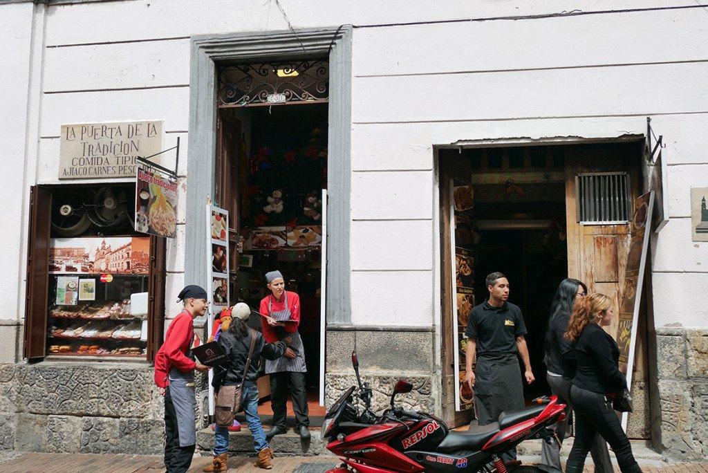A Calle 11, onde está o La Puerta Falsa, em Bogota