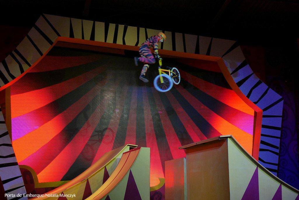 O show madagascar também tem números de circo, mas intercalados com os personagens do filme