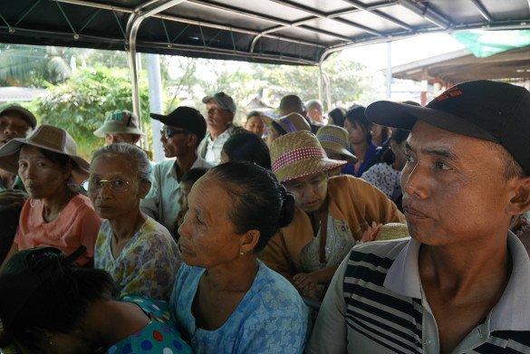 Passeio da pedra dourada10 585x391 - Como chegar na pedra dourada de Myanmar