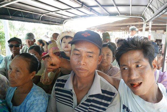 Passeio da pedra dourada11 585x391 - Como chegar na pedra dourada de Myanmar