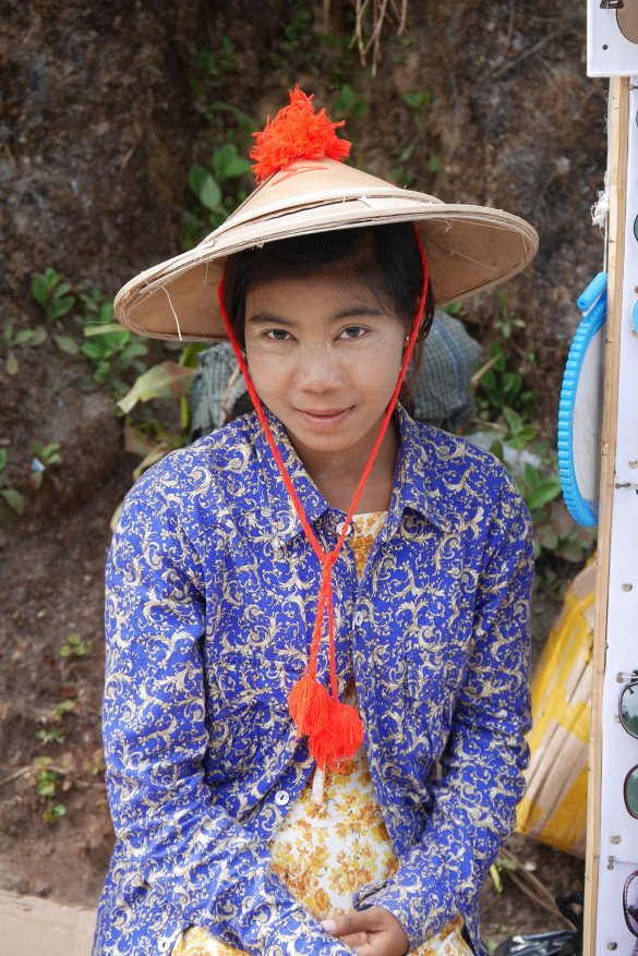 Passeio da pedra dourada29 1 585x877 - Como chegar na pedra dourada de Myanmar