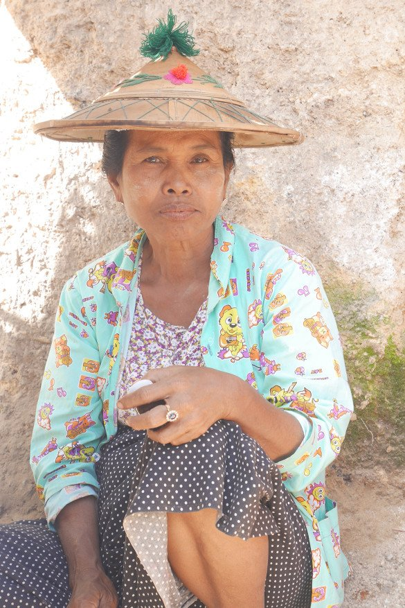 Passeio da pedra dourada31 585x877 - Como chegar na pedra dourada de Myanmar