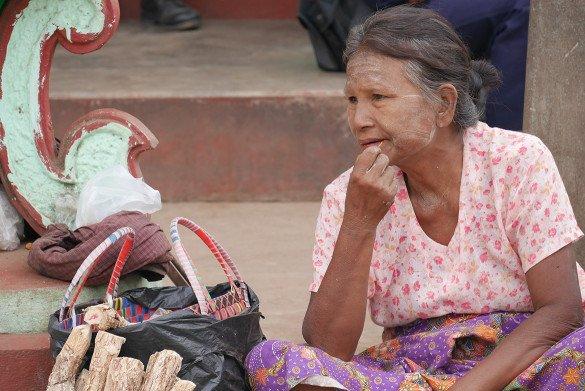 Passeio da pedra dourada34 1 585x391 - Como chegar na pedra dourada de Myanmar