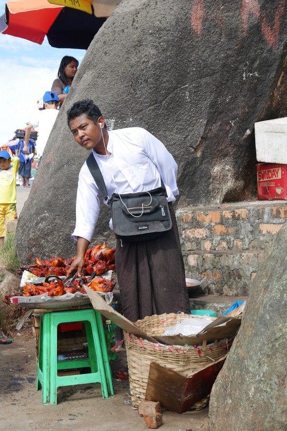 Passeio da pedra dourada59 585x877 - Como chegar na pedra dourada de Myanmar