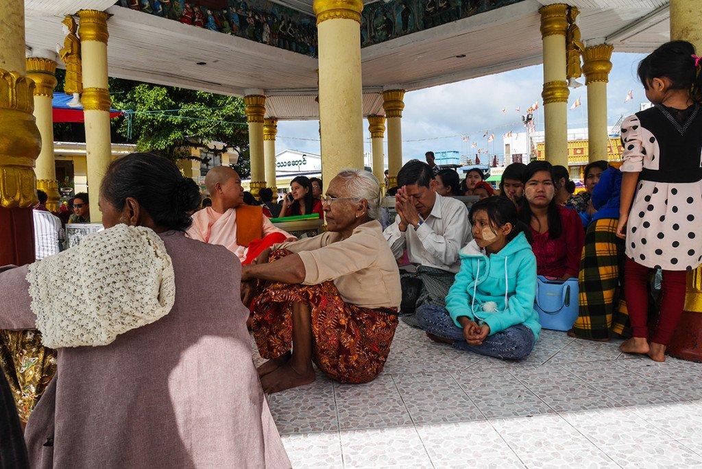 O povo de Myanmar é super religioso, e na pedra dourada não é diferente