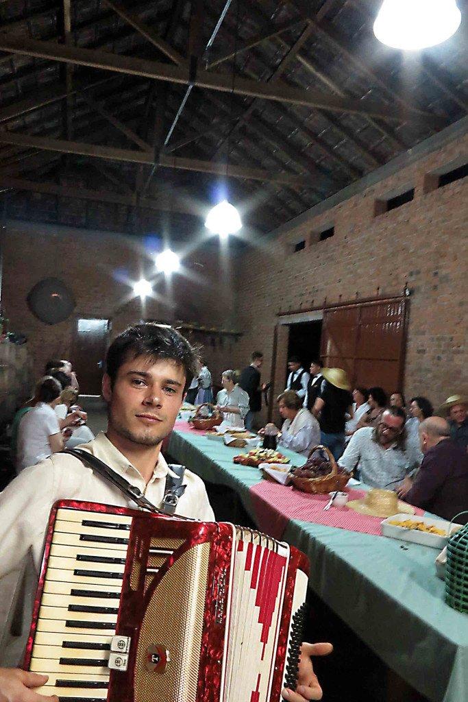 Sanfoneiro na vinicola Dall Onder, da Serra Gaucha