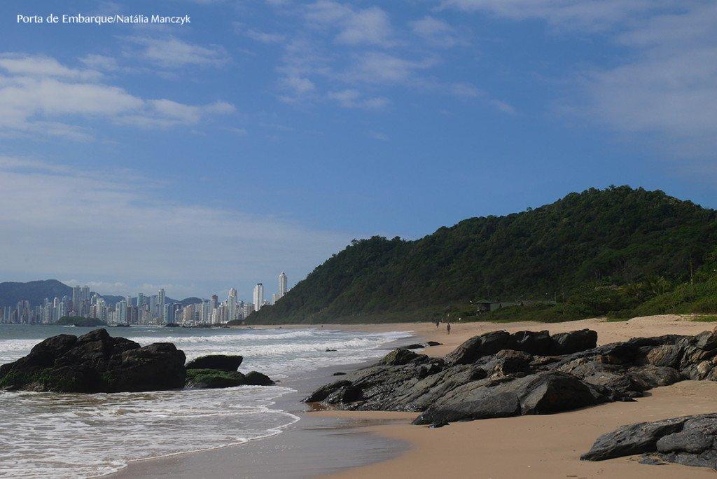 A Praia dos Amores, na frente do Inifnity Blue fica do lado da agitada praia do centor mas é calminha