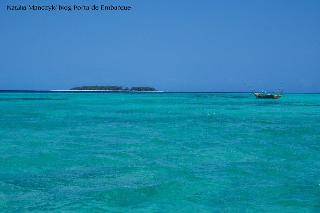Ilha de Zanzibar na Tanzania, com o mar azul