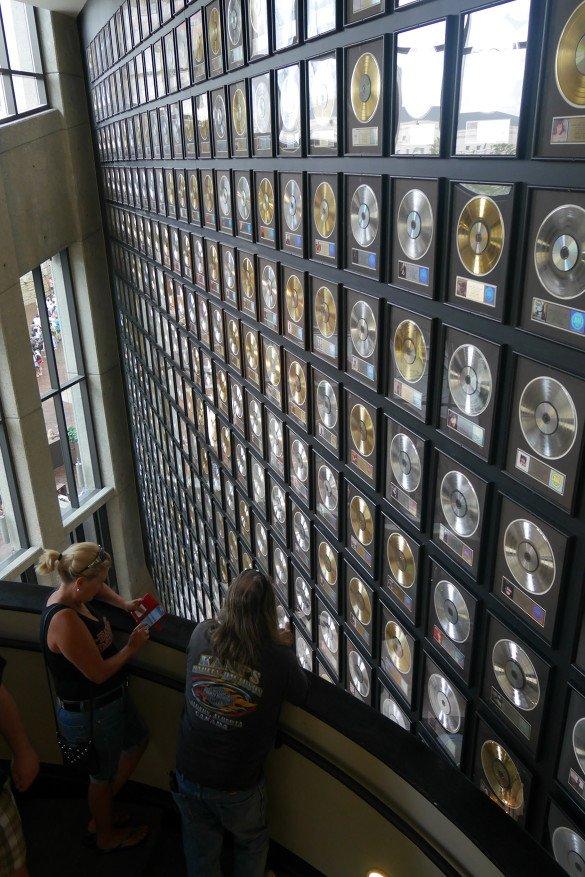 Country Music Hall of Fame Nashville20 585x877 - O que fazer em Nashville, a cidade do country