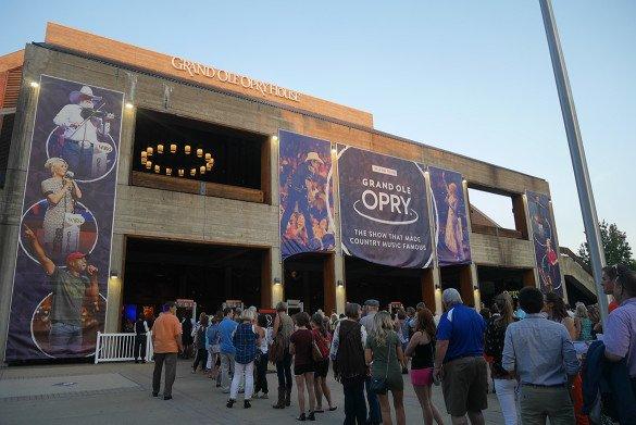 Grand Ole Opry Nashville03 585x391 - O que fazer em Nashville, a cidade do country