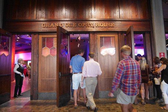 Grand Ole Opry Nashville04 585x391 - O que fazer em Nashville, a cidade do country