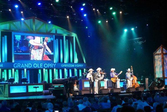 Grand Ole Opry Nashville12 585x391 - O que fazer em Nashville, a cidade do country