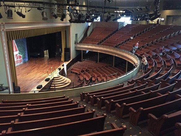 Ryman Auditorium Nashville09 585x439 - O que fazer em Nashville, a cidade do country