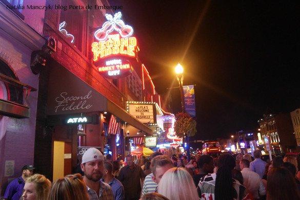 Broadway Street Nashville03 1 585x391 - O que fazer em Nashville, a cidade do country