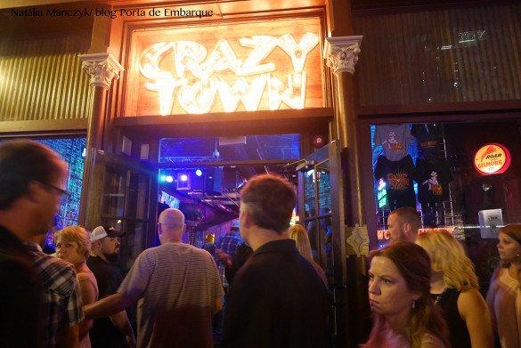 Broadway Street Nashville09 1 585x391 - O que fazer em Nashville, a cidade do country