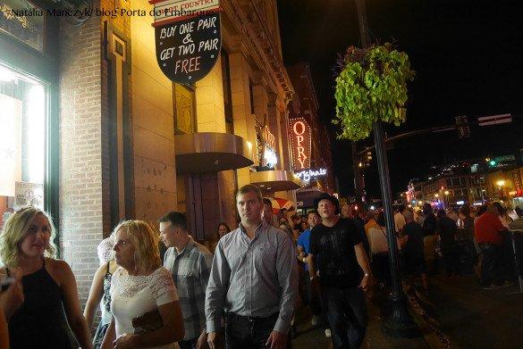 Broadway Street Nashville15 1 585x391 - O que fazer em Nashville, a cidade do country