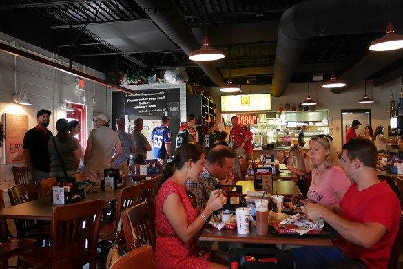 Peg Leg Nashville04 1 585x391 - O que fazer em Nashville, a cidade do country