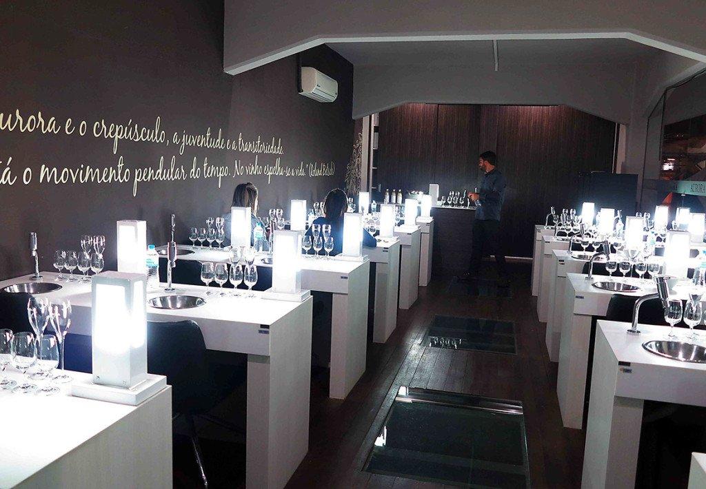 Sala de degustação de espumantes e vinhos na Vinícola Aurora, na Serra Gaúcha