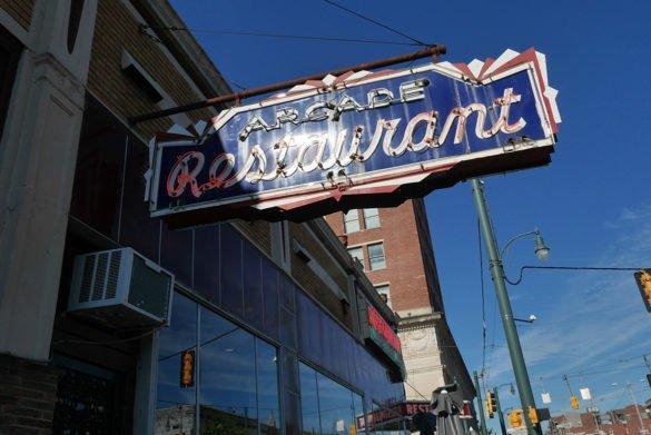 Arcade Restaurant Memphis22 585x391 - O que fazer em Memphis, a cidade do Elvis!