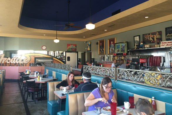 Arcade Restaurant Memphis25 e1500784046875 585x392 - O que fazer em Memphis, a cidade do Elvis!