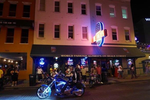 Beale Street Memphis09 585x391 - O que fazer em Memphis, a cidade do Elvis!