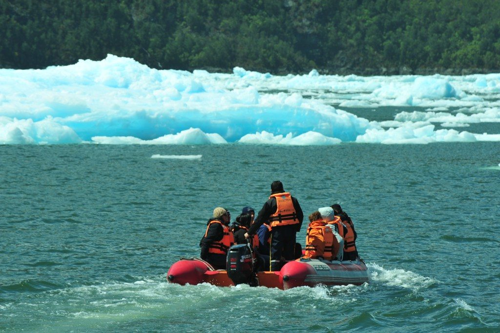 Bote em frente a geleira San Rafael, Patagonia Norte, Aysén