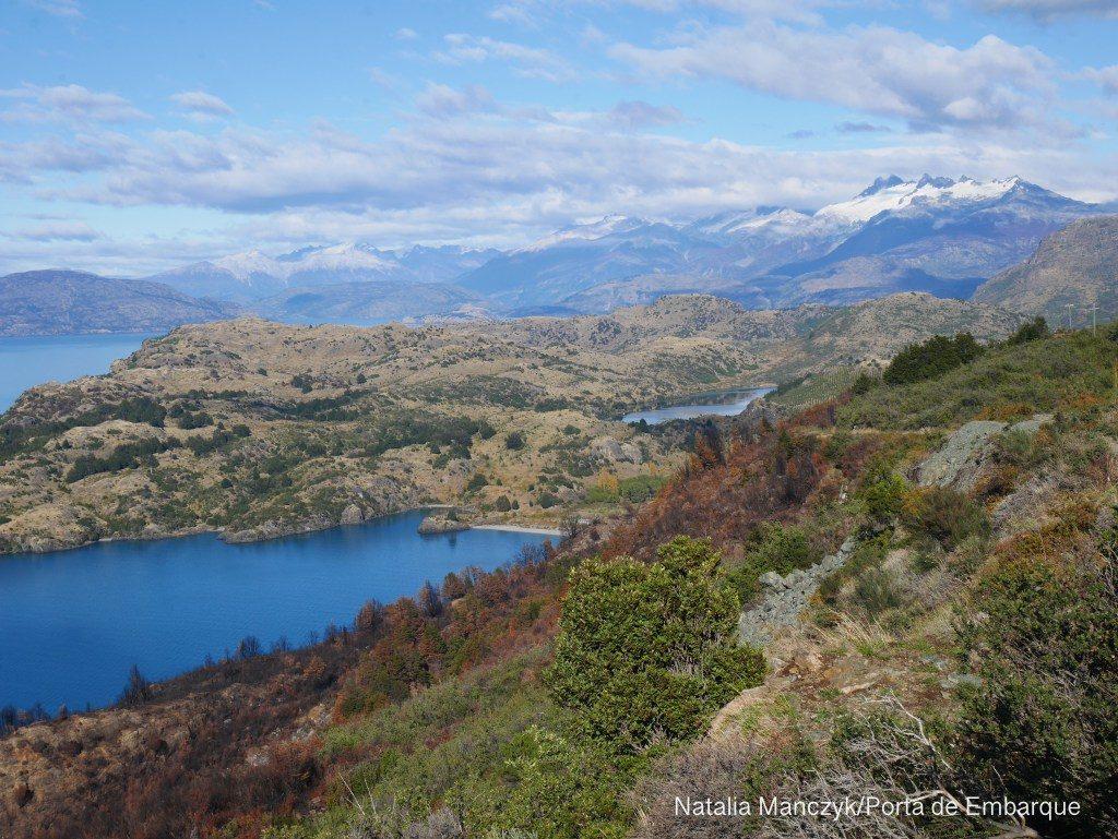 Lago e montanhas na Carretera Austral, Patagonia North,e Aysen