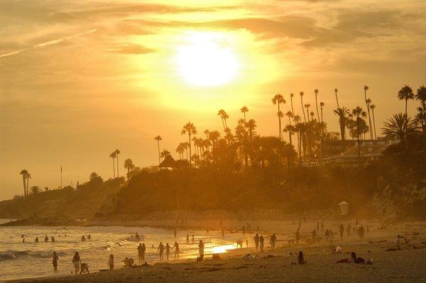 por do sol na praia de Laguna Beach no caminho de San Diego a Los Angeles
