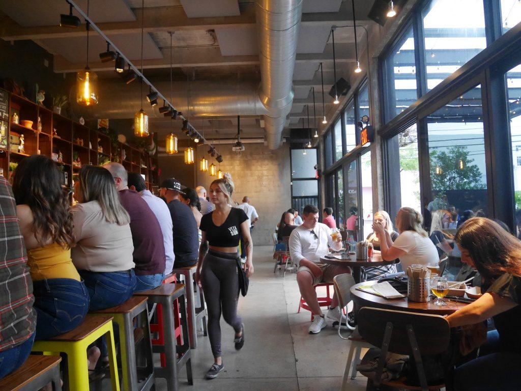A area interna da cervejaria Veza Sur, uma das cervejarias em Miami