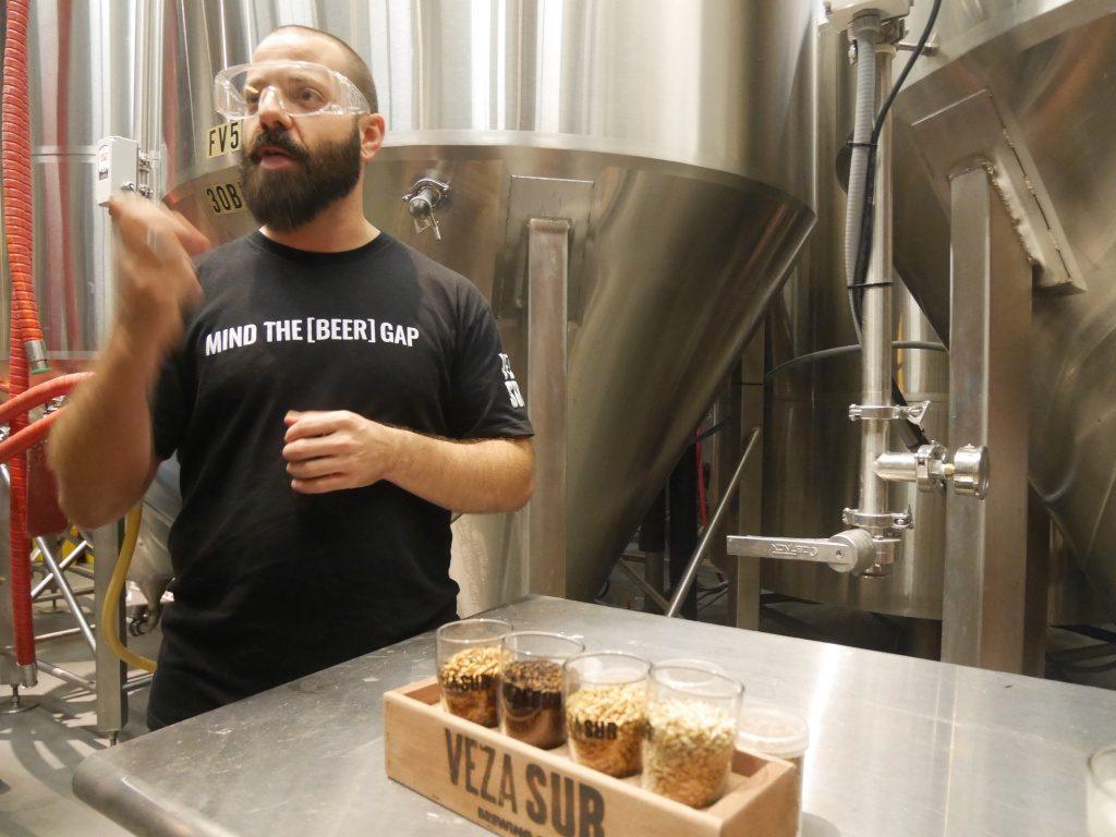 Toneis de fermentação na Veza Sur, cervejaria em Miami