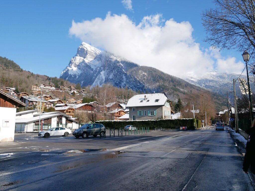 O centro da cidade de Samoens, estação de esqui