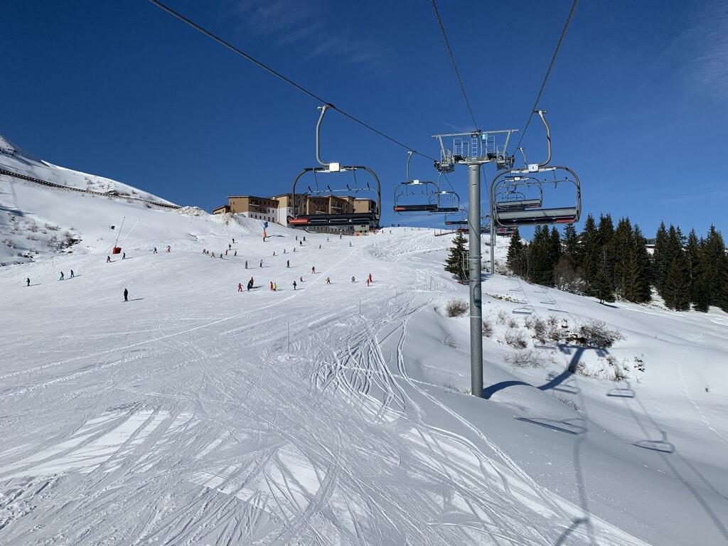 grand massif, teleférico e a a pista para esquiar na estação francesa de Samoëns