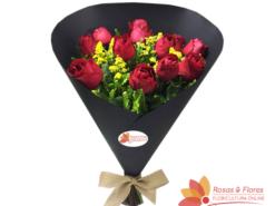 Buque de Rosas Vermelhas no Cone preto