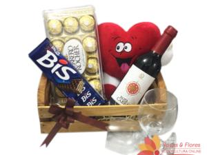 Caixote de Vinho, chocolate e pelúcia Floricultura Rosas e Flores RJ